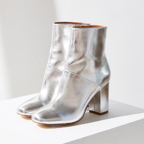 b9034b096895 Urban Outfitters Zelda Silver Metallic Booties. M 5afca9da8df4700038bd7375